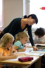 schuler-lernen-schueler-kinder-lehrer