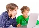 Kinder spielen und lernen am Notebook